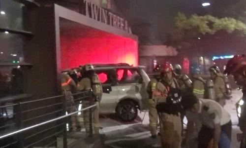 Lính cứu hỏa làm việc tại hiện trường vụ tự thiêu trướcsứ quán Nhật Bản ở thủ đô Seoul sáng nay. Ảnh: Yonhap
