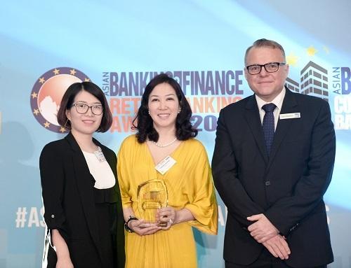 Đại diện PVcomBanklên nhận giải tại sự kiện ngày 18/7 ởSingapore.