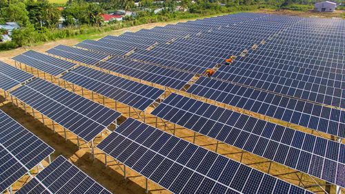 Nhà máy điện mặt trời trong trường đại học ở Vĩnh Long. Ảnh: Thanh Vũ