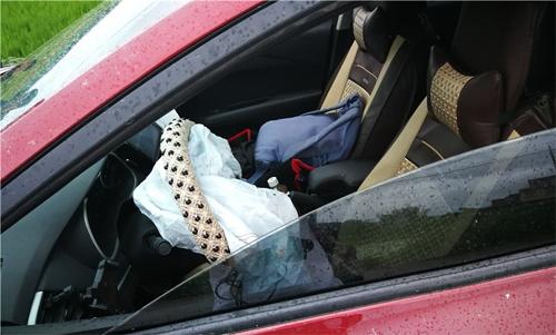 Túi khí trên chiếc Chevrolet đã bung. Hai mẹ con nữ tài xế bị thương nhẹ.