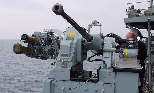Bệ pháo DS30M với cụm tên lửa Martlet được gắn thêm. Ảnh: Royal Navy.