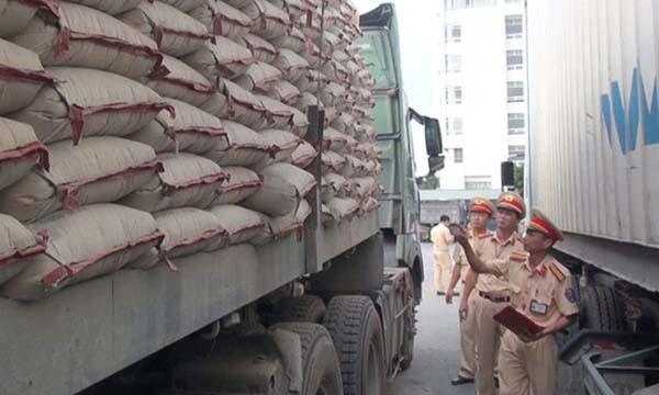 Cảnh sát kiểm đếm, lập biên bản chiếc xe vi phạm tải trọng. Ảnh: Lam Sơn.