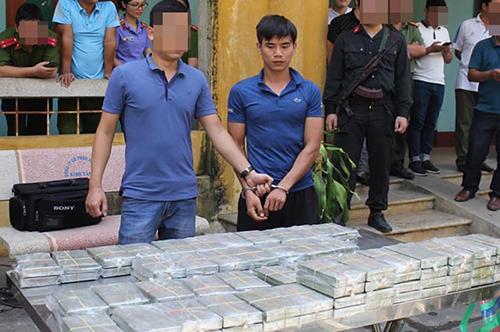 100 bánh heroin bị thu giữ. Ảnh: Công an cung cấp.