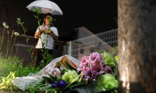 Người hâm mộ đặt hoa tưởng nhớ các nạn nhân của xưởng phim. Ảnh: Reuters.