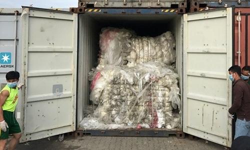 Một trong số các container rác nhập khẩu trái phép tại cảng Sihanoukville bị phát hiện hôm 16/7/2018. Ảnh: AFP.
