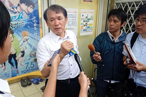 Ông Hideaki Hatta (giữa) trả lời phóng vấn báo chí sau vụ phóng hỏa hôm 18/7. Ảnh: ABC.