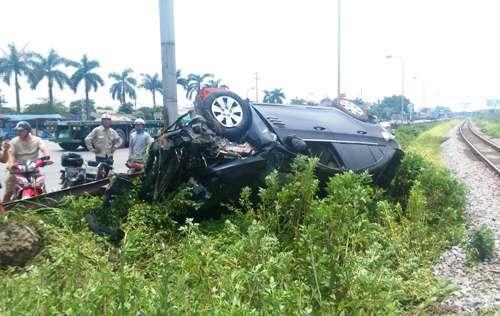 Người dân đã đập cửa kính giải cứu lái xe, đưa 2 vợ chồng và 3 trẻ nhỏ bị thương đi bệnh viện cấp cứu. Ảnh: VĐ