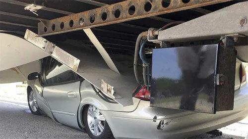 Ôtô con bẹp rúm dưới gầm xe đầu kéo. Ảnh: Facebook