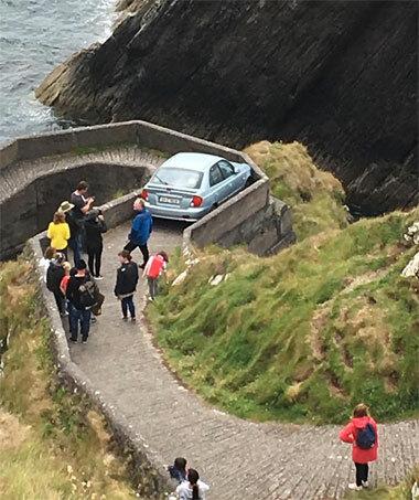 Ôtô nằm im giữa hai bức tường chắn trên con đường đi bộ.