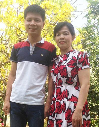 Chân dung chàng thủ khoa khối A tỉnh Đồng Nai và mẹ. Ảnh: Thái Hà