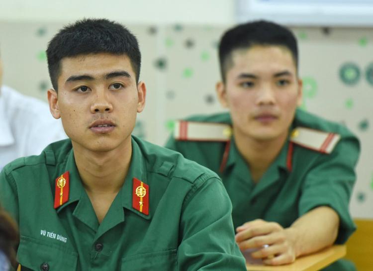 Thí sinh đang phục vụ trong quân đội dự thi THPT quốc gia năm 2019 tại Hà Nội. Ảnh: Giang Huy