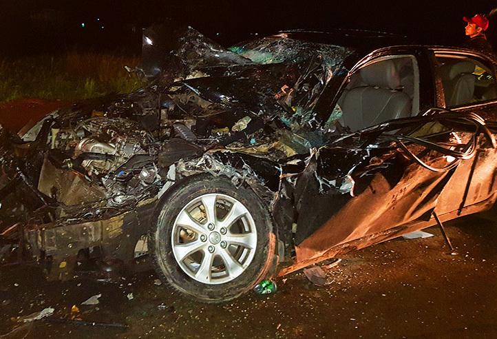 Ôtô bốn chỗ biếndạng sau khi được kéo ra khỏi đầu xe chở công nhân. Ảnh: An Nam.