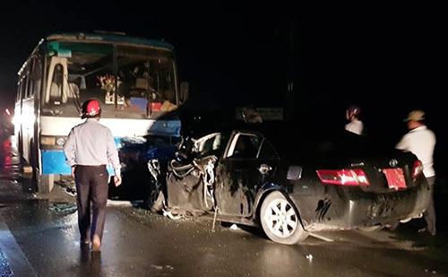 Ôtô bốnchỗ dính chặttrước đầu xe chở công nhân sau cú tông. Ảnh: An Nam.