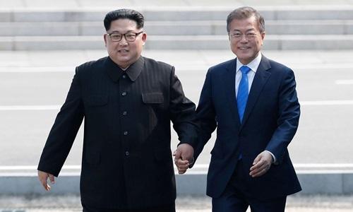Lãnh đạo Triều Tiên Kim Jong-un (trái) và Tổng thống Hàn Quốc Moon Jae-in. Ảnh: AFP.