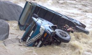 Lũ cuốn trôi ôtô ở Yên Bái sau mưa lớn