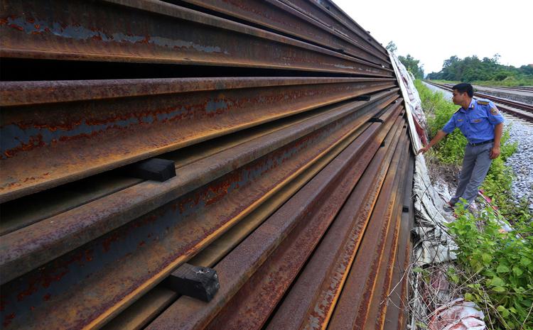 Hơn 20 nghìn thanh ray và cả tấn bu lông, ốc vit với trị giá trên 300 tỷ đồng bị hoen gỉ khi chất đống ở nhà ga Đông Triều (Quảng Ninh).Ảnh. Bá Đô
