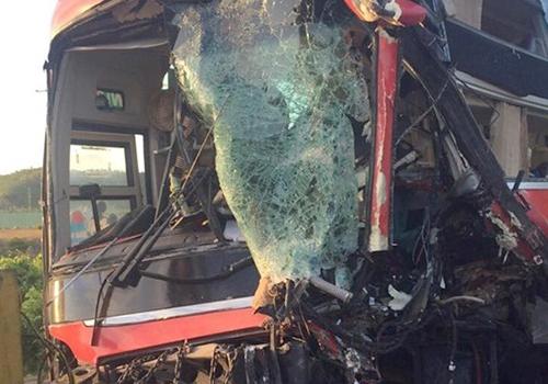 Đầu xe khách vỡ nát sau tai nạn. Ảnh: N.T
