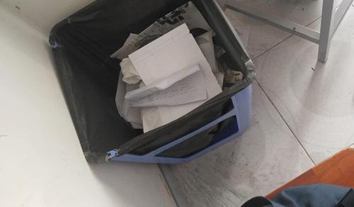 ... và cho túi bóng vào là đã có chiếc sọt rác bao rộng.
