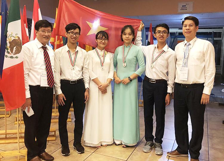 Đoàn Việt Nam dự Olympic Sinh học quốc tếlần thứ 30 tại Hungary.