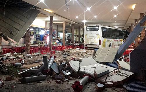 Hiện trường tai nạn khiến một người chết, 7 người bị thương ở Ninh Thuận. Ảnh: Thanh Châu