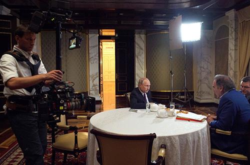 Tổng thống Putin vàđạo diễn Oliver Stone trong cuộc phỏng vấn tháng trước tại Điện Kremlin. Ảnh: AFP