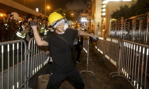 Người biểu tình tấn công văn phòng đại diện của Bắc Kinh tại Hong Kong hôm 21/7. Ảnh: AFP.