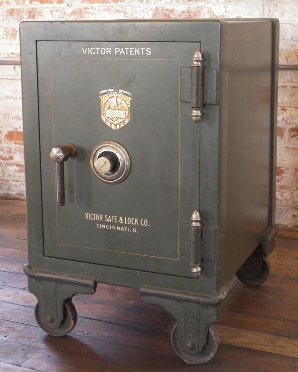 Loại két sắt có ổ khóa tổ hợp.