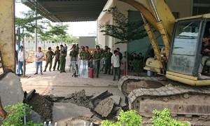 Hơn trăm cảnh sát bảo vệ cưỡng chế khu đất công ty Alibaba rao bán