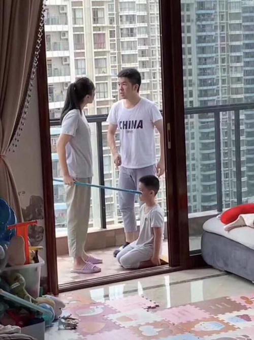Liều mình bảo vệ con trai khi vợ đang dạy dỗ...