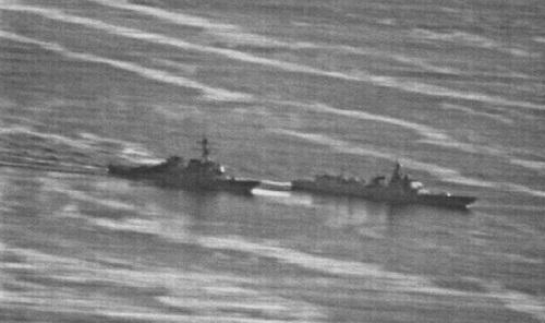 Chiến hạm Type 052C Trung Quốc (phải) áp sát khu trục hạm Mỹ tại Trường Sa hồi tháng 9/2018. Ảnh: US Navy.