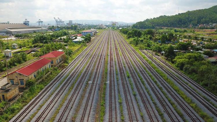 Ga Cái Lân là điểm cuối cùng của dự án với hệ thống 11 đường ray tiêu chuẩn quốc tế, khổ 1.435 mm, đi vào hoạt động năm 2014 nhưng luôn trong tình trạng vắng bóng tàu. Ảnh: Nhật Quang