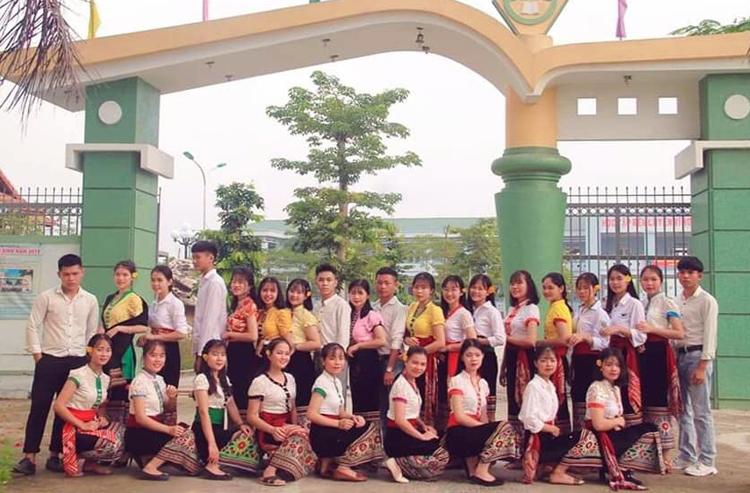 Tập thể lớp 12C2 - THPT Dân tộc nội trú số 2 Nghệ An. Ảnh: Nguyễn Bính.