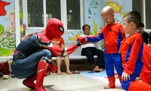 Chàng trai hóa thân thành 'người nhện' trong bệnh viện ở Hà Nội