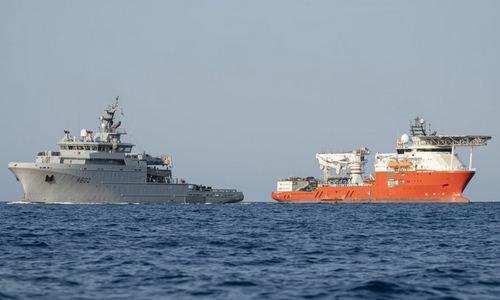 Tàu hải quân Pháp (trái) và tàu Seabed Constructor trong đợt tìm kiếm tháng 7. Ảnh: Twitter.
