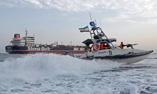 Xuồng vũ trang Iran giám sát tàu Stena Impero trên đường tới cảng Bandar Abbas. Ảnh: ISNA.