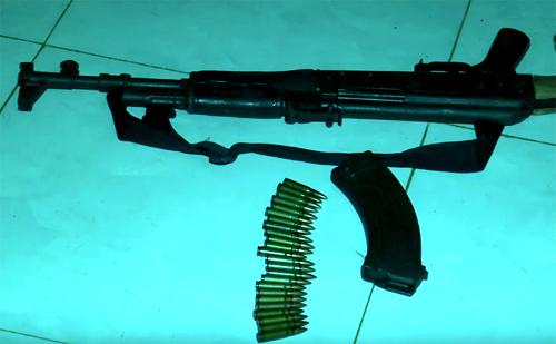 Khẩu súng AK cùng băng đạn được thu giữ tại hiện trường. Ảnh: Trần Hóa.