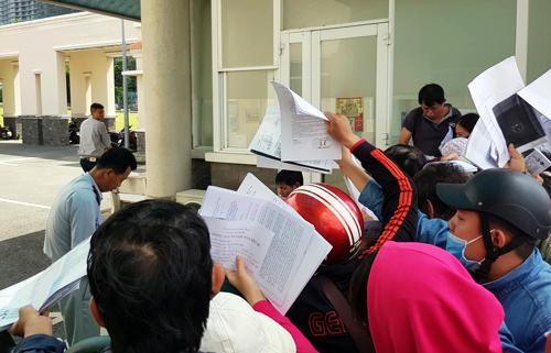 Người dân tập trung trước Ban giải phóng mặt bằng quận 2 để nộp đơn khiếu nại. Ảnh: Phương Thảo