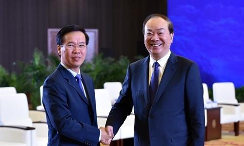 Trưởng ban Tuyên giáo Trung ương Võ Văn Thưởng (trái) và ông Hoàng Khôn Minh, Trưởng ban Tuyên truyền Trung ương đảng Cộng sản Trung Quốc. Ảnh: TTXVN.