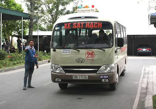Sát hạch tại một trung tâm lái xe ởGia Lâm, Hà Nội. Ảnh: Anh Duy.