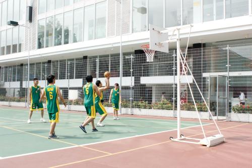 Sinh viên được sử dụng cơ sở vật chất đạt chuẩn quốc tế như: STEM center, Music center, nhà hát, thư viện điện tử, hồ bơi, gym, sân thể thao ngoài trời, các phòng chức năng dành cho CLB nghệ thuật... với đầy đủ trang thiết bị hiện đại.