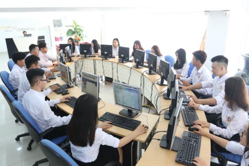 Tại SIU, sinh viên được trang bị đầy đủ kiến thức khoa học, công nghệ thông tin, khả năng ngoại ngữ và kỹ năng mềm.