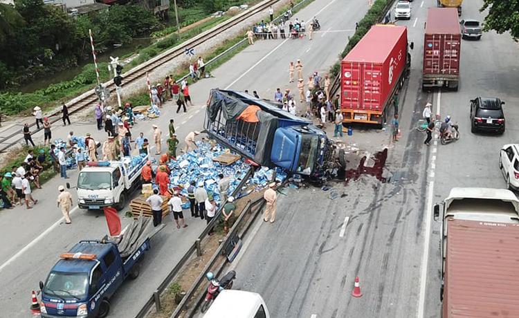 Hiện trường vụ tai nạn xe tải lật nghiêng đè vào 7 người đi đường. Ảnh: Giang Chinh