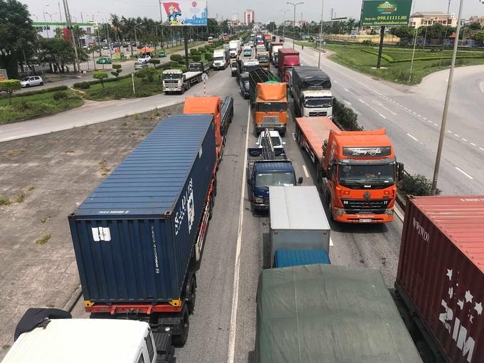 Quốc lộ 5 ùn tắc hơn 10 km vì ba vụ tai nạn liên tiếp