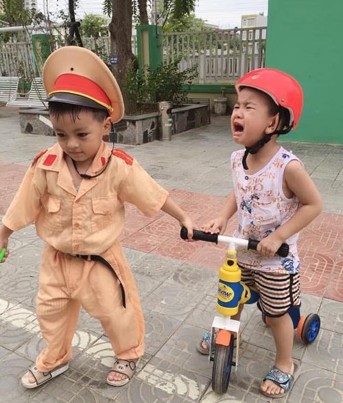 Cậu bé khóc thét khi bị cảnh sát nhí bắt xe.
