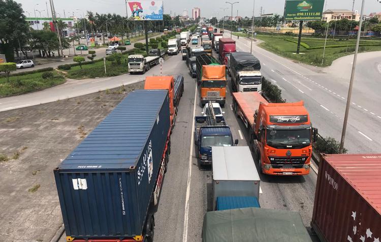Ba vụ tai nạn liên tiếp trên quốc lộ 5, 7 người chết - 2