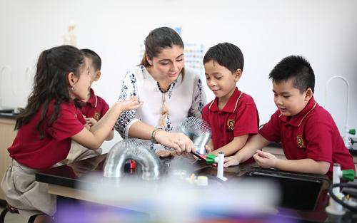 Học sinh được học với giáo viên nước ngoài theo chương trình quốc tế Cambridge.
