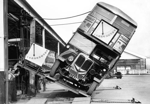 Xe buýt hai tầng chịu nghiêng 28 độ trong bài kiểm tra tháng 4/1933. Ảnh: Rare Historical Photos.