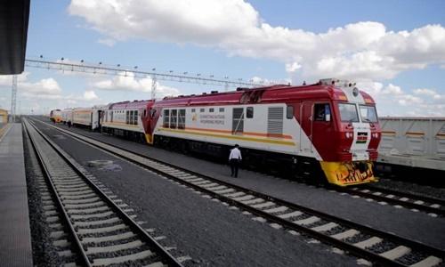 Một con tàu hoạt động trên tuyến đường sắt nối Kenya và Uganda cho Trung Quốc cấp vốn vay. Ảnh: Reuters.