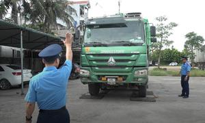 Hàng loạt xe quá tải bị xử lý trên đường Hồ Chí Minh