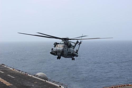 Một trực thăng tấn công chuẩn bị hạ cánh trên boong tàu USS Boxer. Ảnh: WSJ.